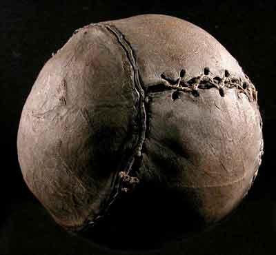 Старый теннисный мяч